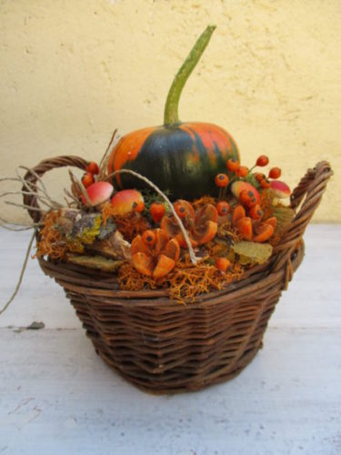 Őszi asztaldísz narancs-zöld tökkel kosárban