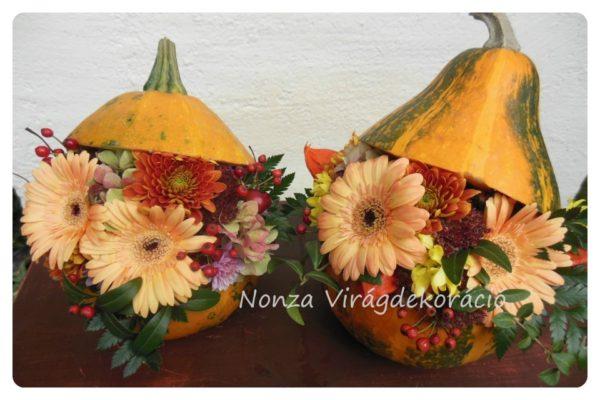Őszi asztaldísz - tökök virággal díszítve